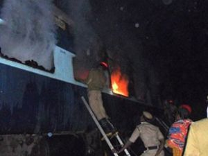 Hindistan'da trende yangın faciası