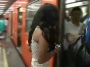 Metro yolcuları pantolonlarını çıkarttı