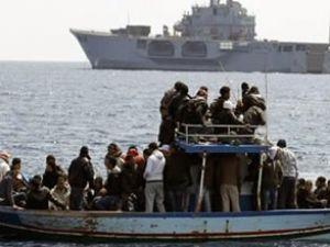 Mülteci teknesi karaya çekilirken battı