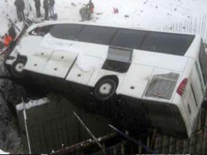 Bayburt'ta yolcu otobüsü devrildi