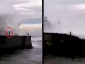 Dev dalgalar limandaki adamı yuttu