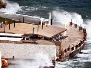 Bodrum sahilini fırtına vurdu