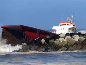 İspanyol kargo gemisi ikiye bölündü