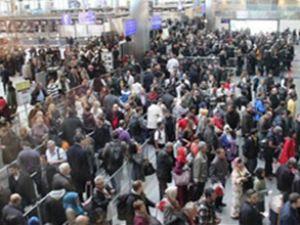 Umre'ye giden Türkler saatlerce bekledi