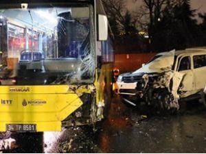Belediye otobüsü kamyonetle çapıştı