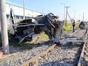 Mersin'de tren servis aracına çarptı