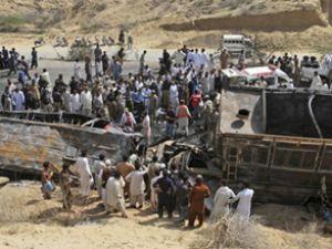 Pakistan'da tankerle otobüs çarpıştı