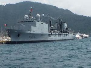 Fransız askeri ikmal gemisi Marmaris'e demir attı