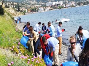 Denizcilik öğrencilerinden Foça'da çevre temizliği
