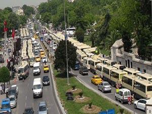 Minibüsçüler belediyenin önünde eylem yaptı