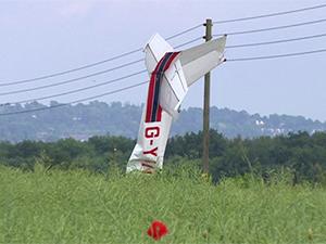 2 kişilik uçak karayoluna çakıldı