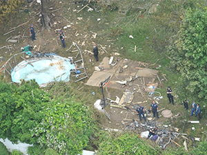 New York'ta bir evin bahçesine uçak düştü