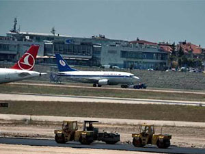 Atatürk Havalimanı'nda bir uçağın iniş takımları arızalandı