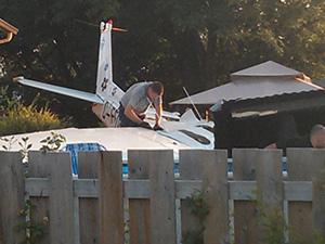 Kanada'da bir evin bahçesine uçak düştü