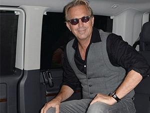 Kevin Costner konsere Transporter Multivan ile gidiyor