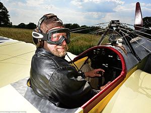 İngiltere'de bir adam kendi yaptığı uçakla havalandı
