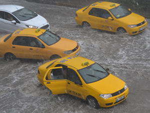 İstanbul'da sağanak yağış ulaşımı vurdu