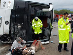 Yolcu otobüsü devrildi: 8 ölü, 30 yaralı!