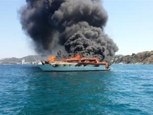 Ege'de kaçak teknede yangın : 1 ölü