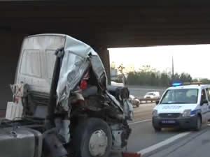 TIR'ın çıkan dorsesine kamyon çarptı
