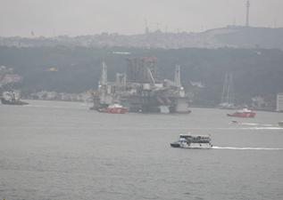 """""""GSF Development Drıller 2"""" adlı petrol arama platformu İstanbul Boğazı'ndan geçiyor."""