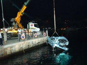 Düden şelalesinde denize uçan araç yat limanından çıkarıldı