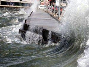 Fırtına, onlarca balıkçı teknesini batırdı, turistler denizde mahsur kaldı