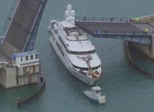 Milyon Dolarlık Gemi Köprüye Sıkıştı