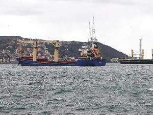 Makina arızası yapan iki gemi Sarıyer açıklarında bekliyor