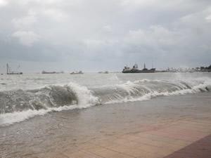 Mersin'de barınaktaki tekneler fırtınaya dayanamadı