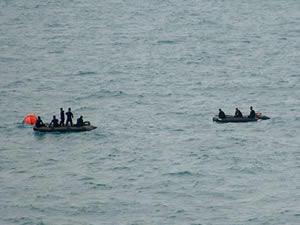 Endonezyalı dalgıçlar 'Kara kutu'yu bulmak için dalıyor
