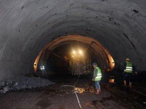 Türkiyenin en uzun çift tüplü tüneli Ovit'te yol yarılandı