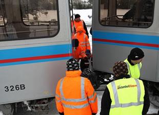 Yoğun kar, tramvayı raydan çıkardı