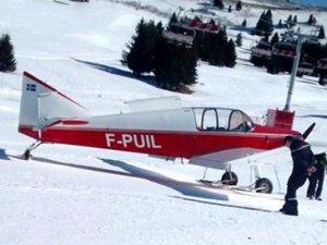 Küçük uçak kayakçıya çarptı