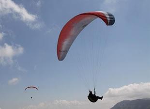 Yamaç paraşütü sevdalıları, özgürlüğe kanat açtı...