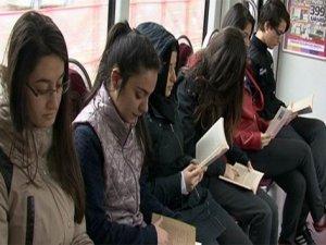 Proje kapsamında tramvayda kitap okudular