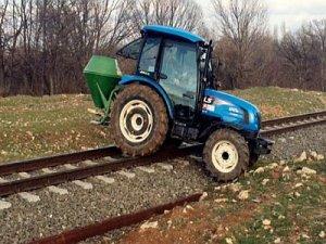 Tren yolunu geçit olarak kullanıyorlar