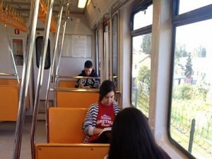 Öğrencilerden metroda kitap okuma kampanyası