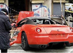 1 milyonluk Ferrari'yle dükkana daldı