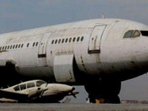 Uçağa yıldırım çarptı