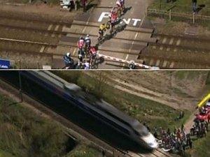 Bisiklet yarışında tren kazası kıl payı engellendi