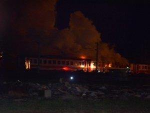 Tamir için bekleyen yolcu vagonunda yangın çıktı