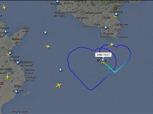 Pilot, evlilik teklifi için aşkını gökyüzüne çizdi
