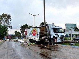 Lokomotif, zeytin yüklü TIR'a çarptı: 1 ölü