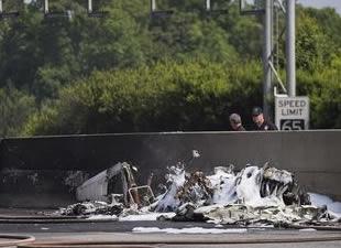 Uçak otoyola düştü, 4 ölü