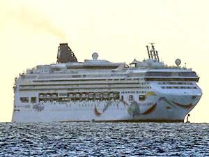 Norwegian Cruise Line ait NORWEGIAN DAWN, Bermuda Resifi'nde karaya oturdu