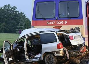 Tren otomobile çarptı: 5 ölü