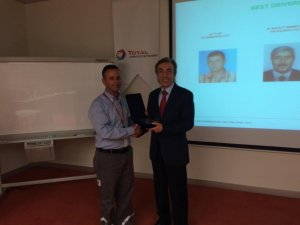 """TOTAL Oil Türkiye'den OMSAN sürücüsüne  """"2014 Yılının En İyi Sürücüsü"""" ödülü"""