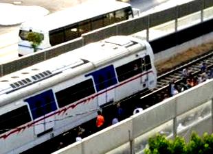Beton ses perdesi trenin üzerine düştü
