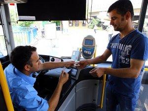 """İzmir'de ulaşım sorununa """"kağıt bilet""""te çözüm getirmedi"""